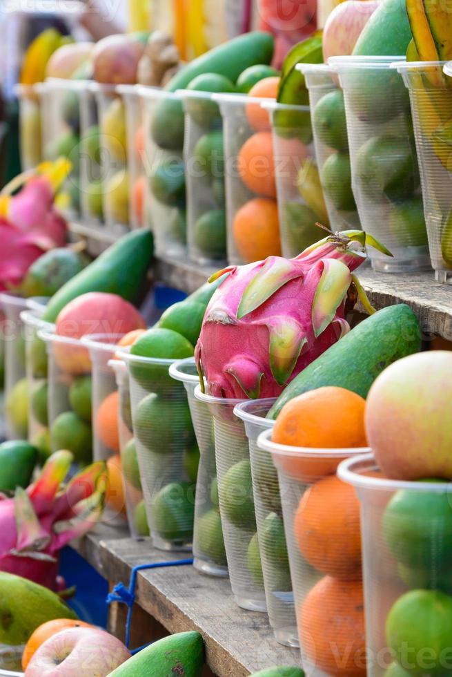 frutas en vaso de plástico para hacer un jugo. foto