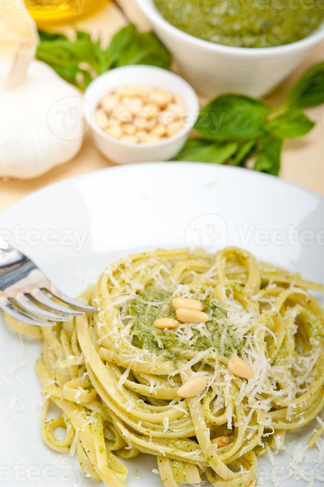 ingredientes de pasta de pesto de albahaca tradicional italiana foto