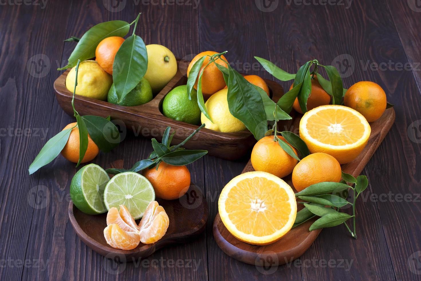 cítricos solo del árbol. frutas de invierno foto