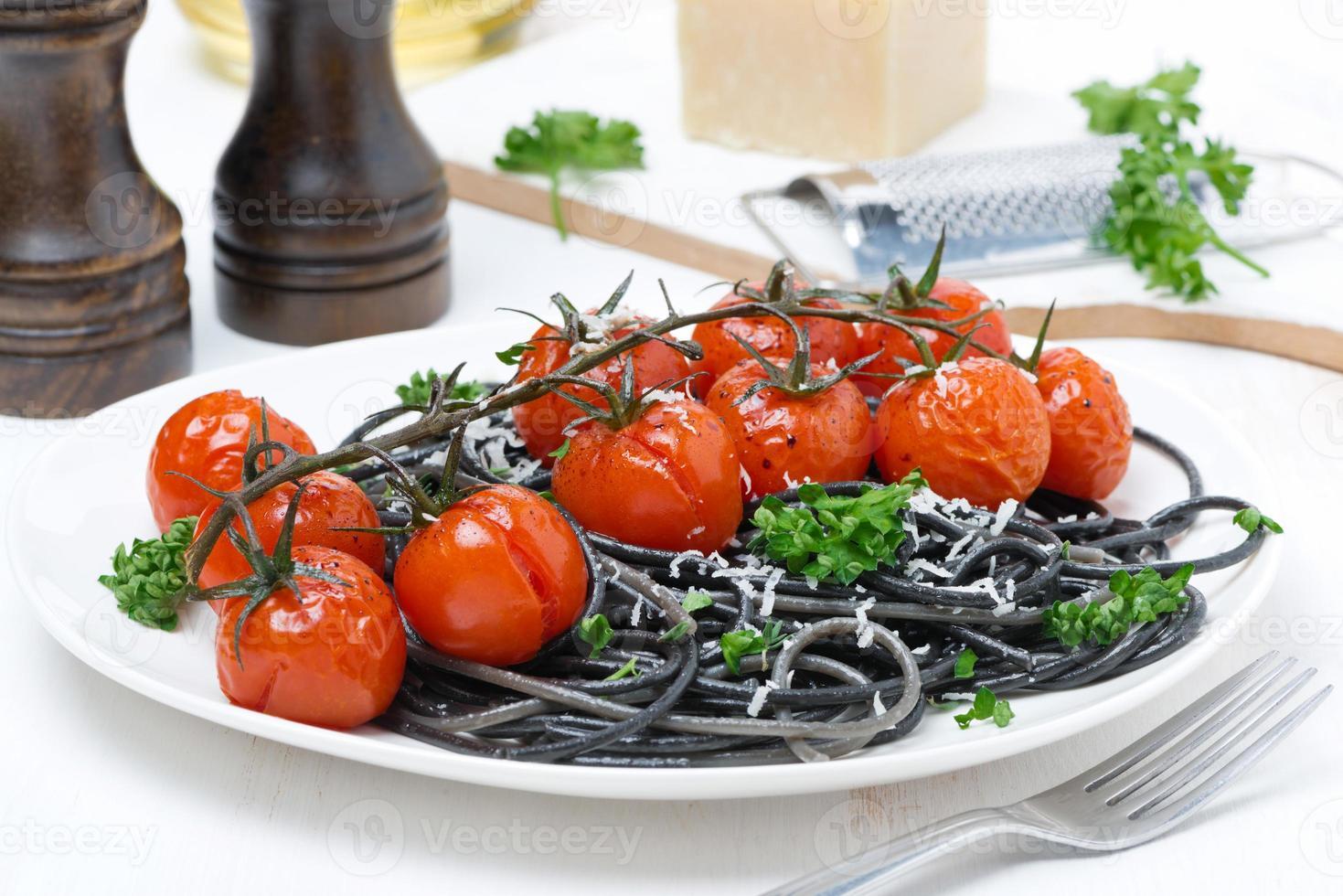 pasta negra con tomate al horno y perejil foto