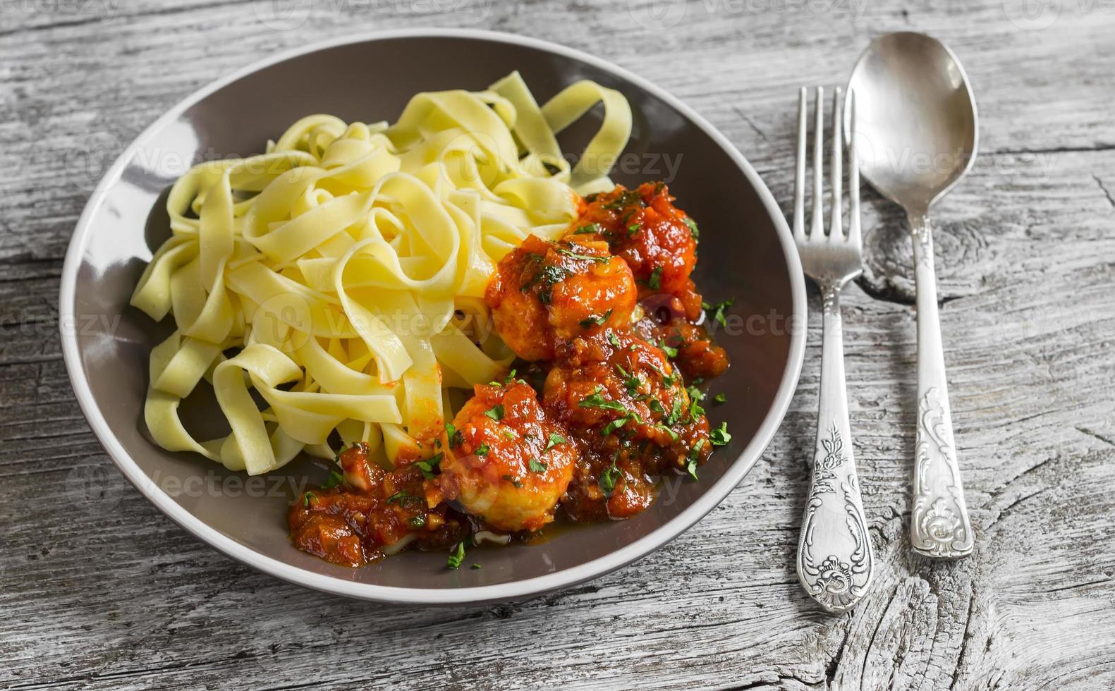 albóndigas de pollo en salsa de tomate y pasta fettuccine foto
