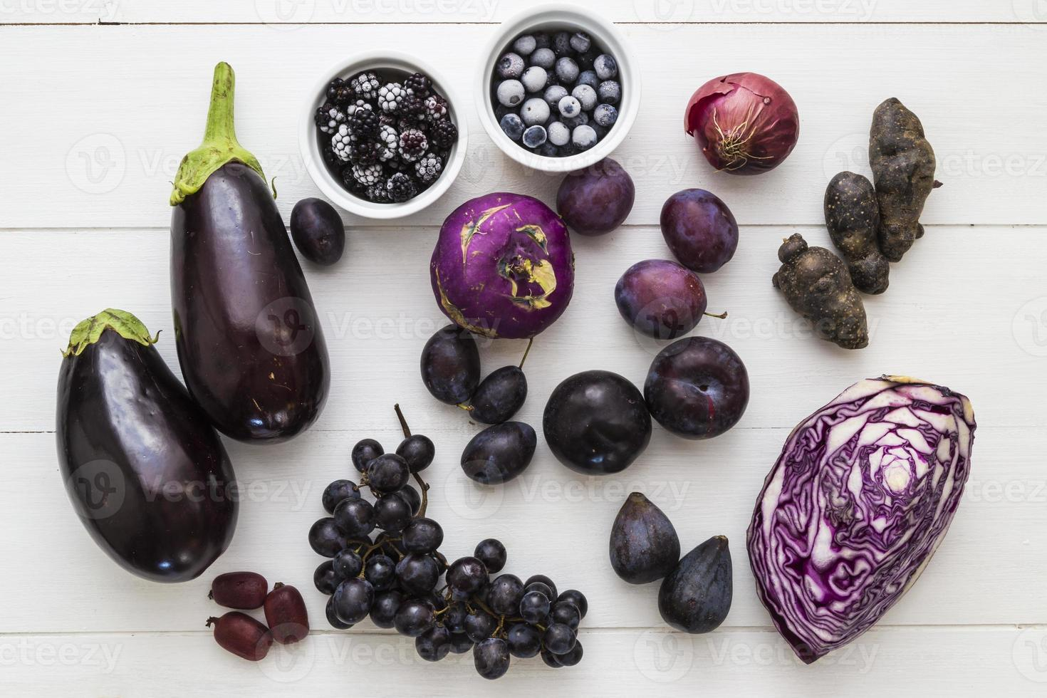 seleção de frutas roxas e vegetais foto