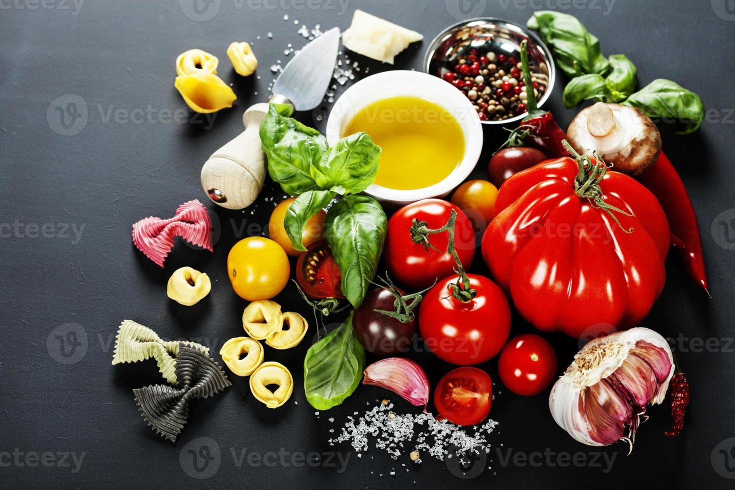 ingredientes italianos: pasta, verduras, especias, queso foto