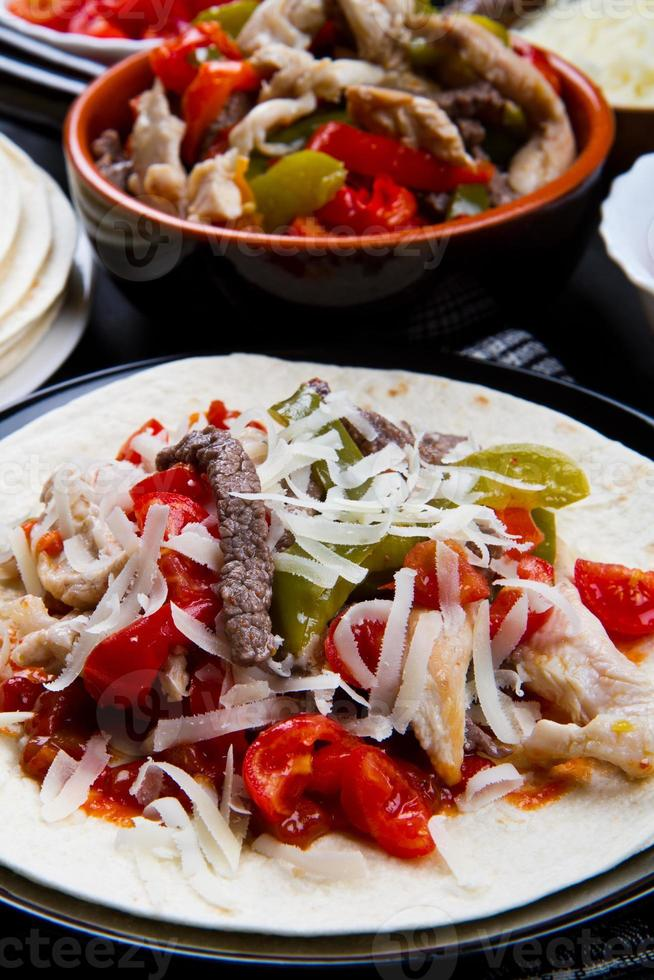 fajitas van rundvlees en kip met kleurrijke paprika in tortillette foto