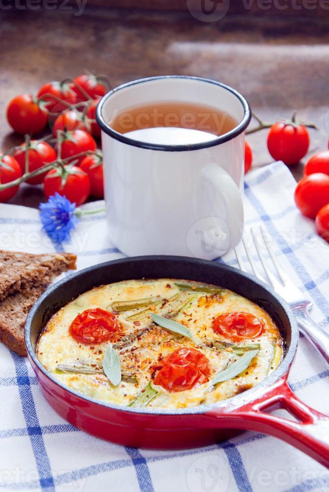 omelete com tomate cereja foto