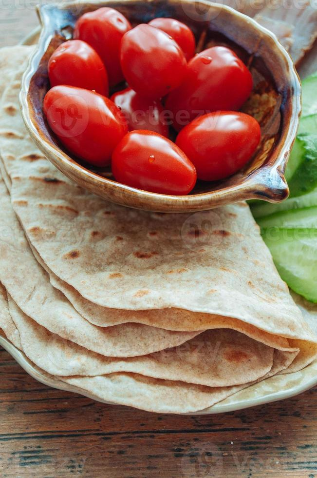 tortilla met tonijn en groenten foto