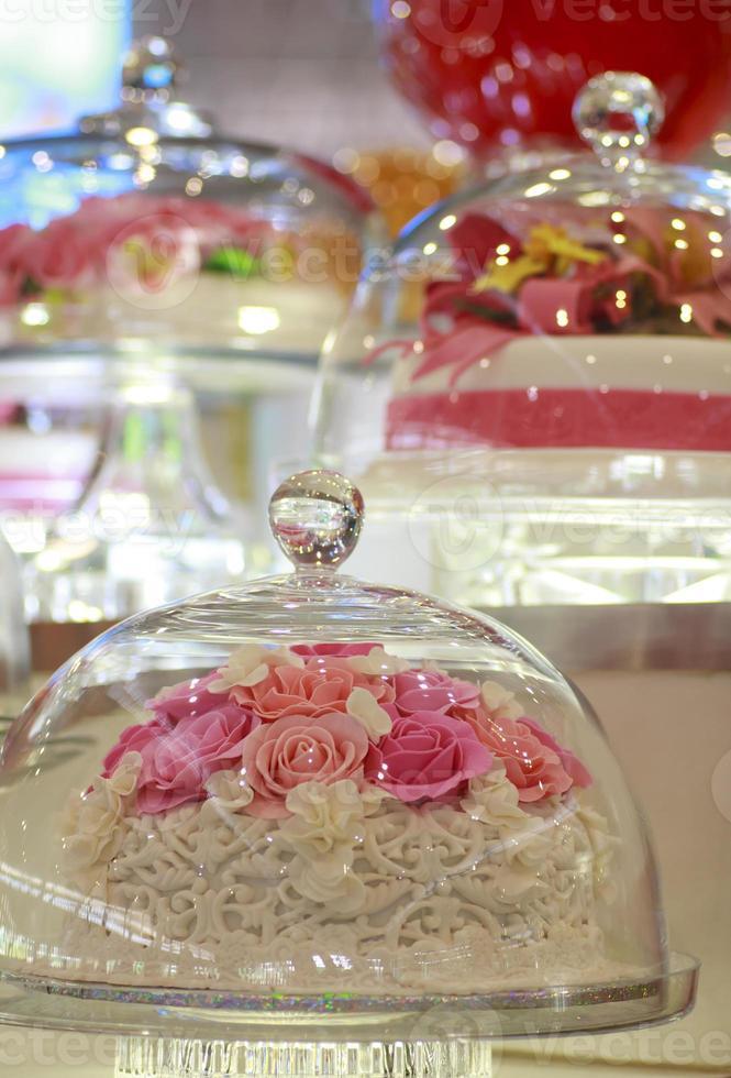 cake in een glazen stolp foto