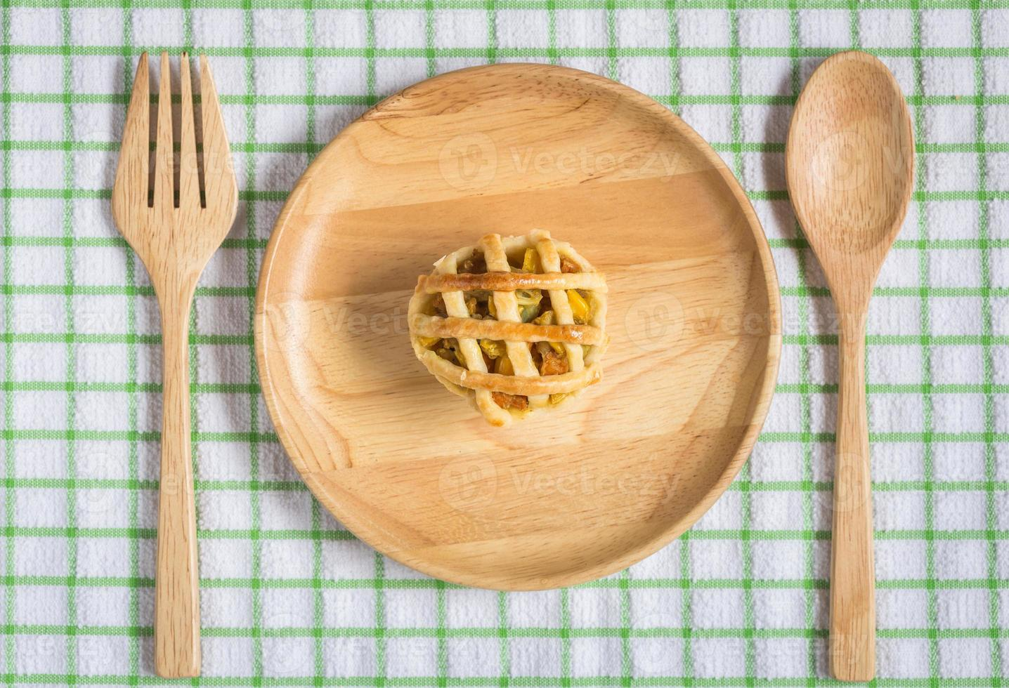 torta de frango no prato de madeira foto