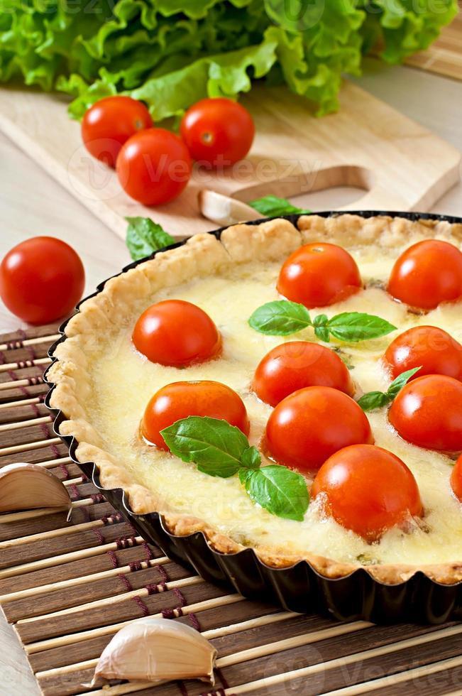 Torte mit Tomaten und Käse mit Basilikum foto