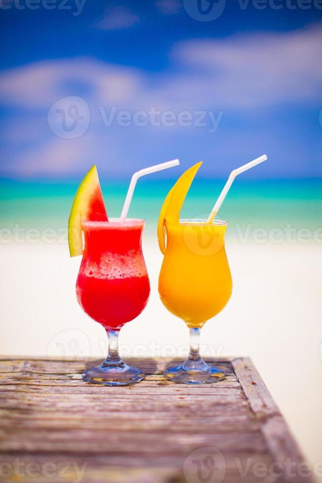 dos cócteles de sandía fresca y mango foto