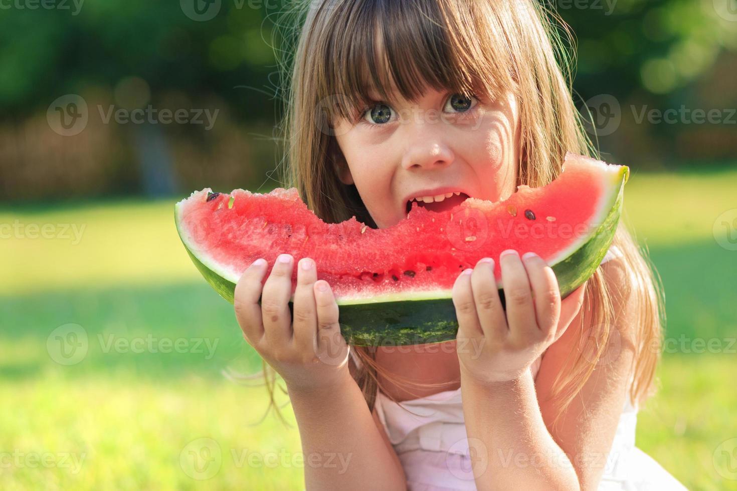 crianças e melancia foto