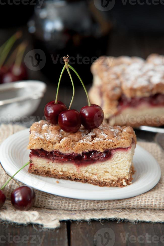 tarta de cerezas deliciosa y fresca foto