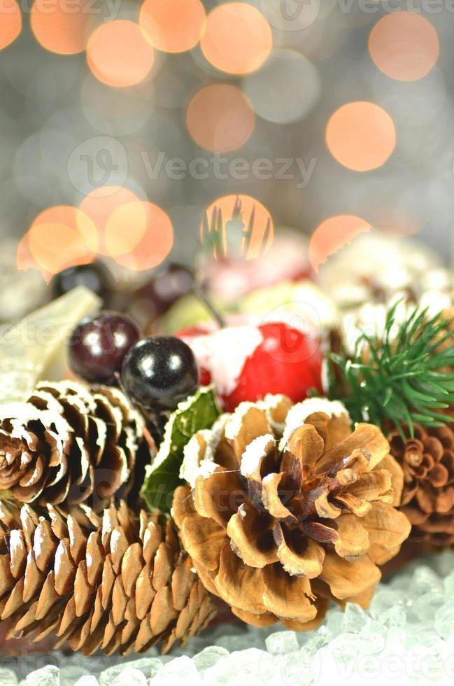 Decoración navideña, corona de navidad hecha de conos sobre fondo bokeh foto