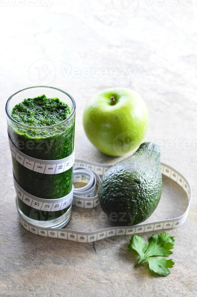 batido saludable aguacate, perejil, manzana, espinacas. foto