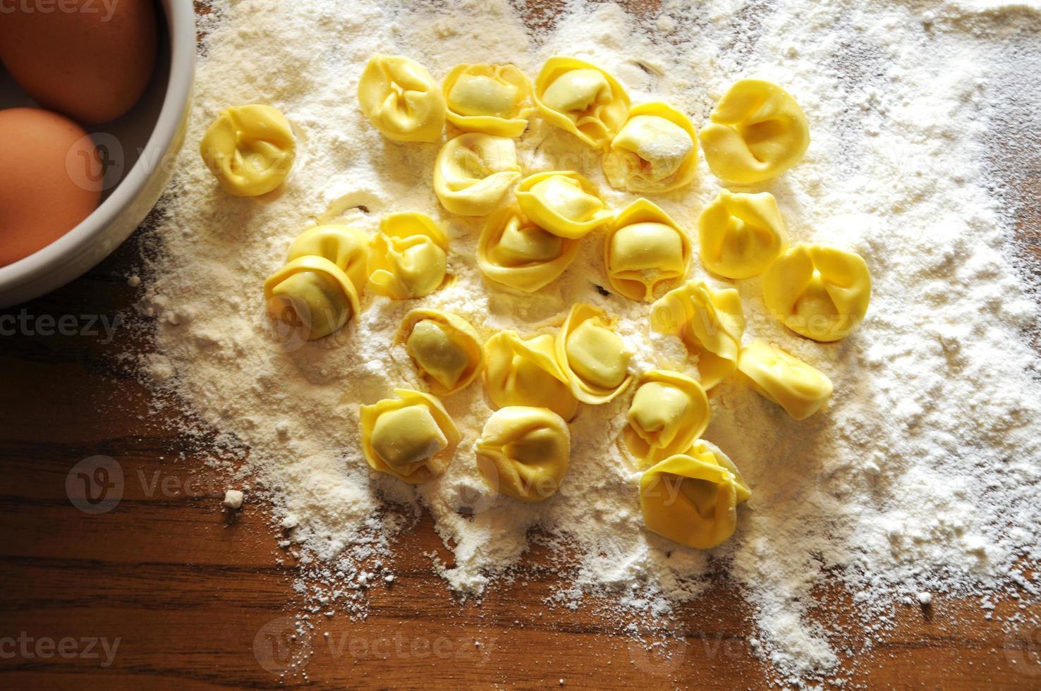ravioles italianos con ricotta y verduras foto