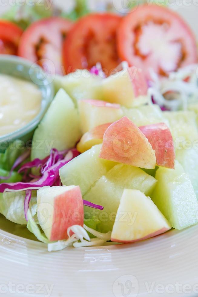 ensalada de frutas y verduras foto
