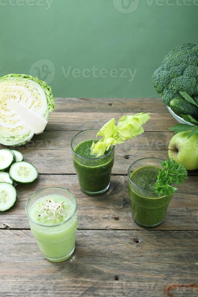 batidos de verduras fondo verde foto