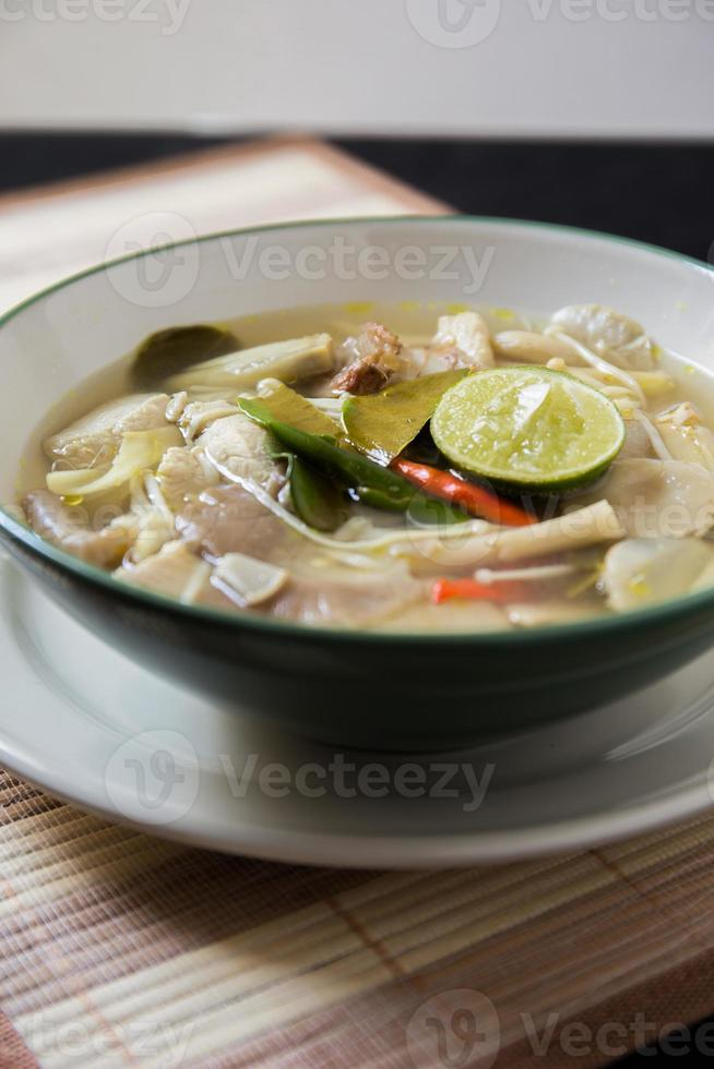 tom yum comida tailandesa foto