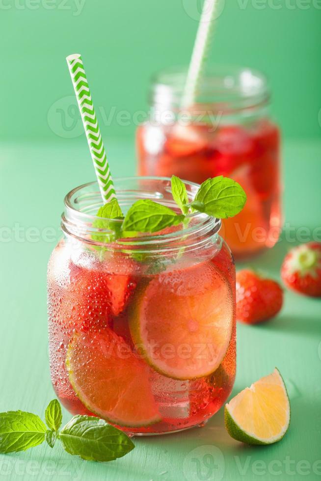 limonada de fresa de verano con lima y menta en frascos foto