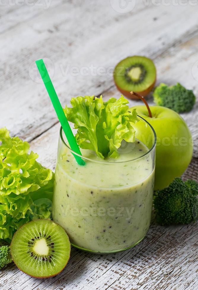 batido verde con kiwi, manzana, ensalada y brócoli, dri saludable foto