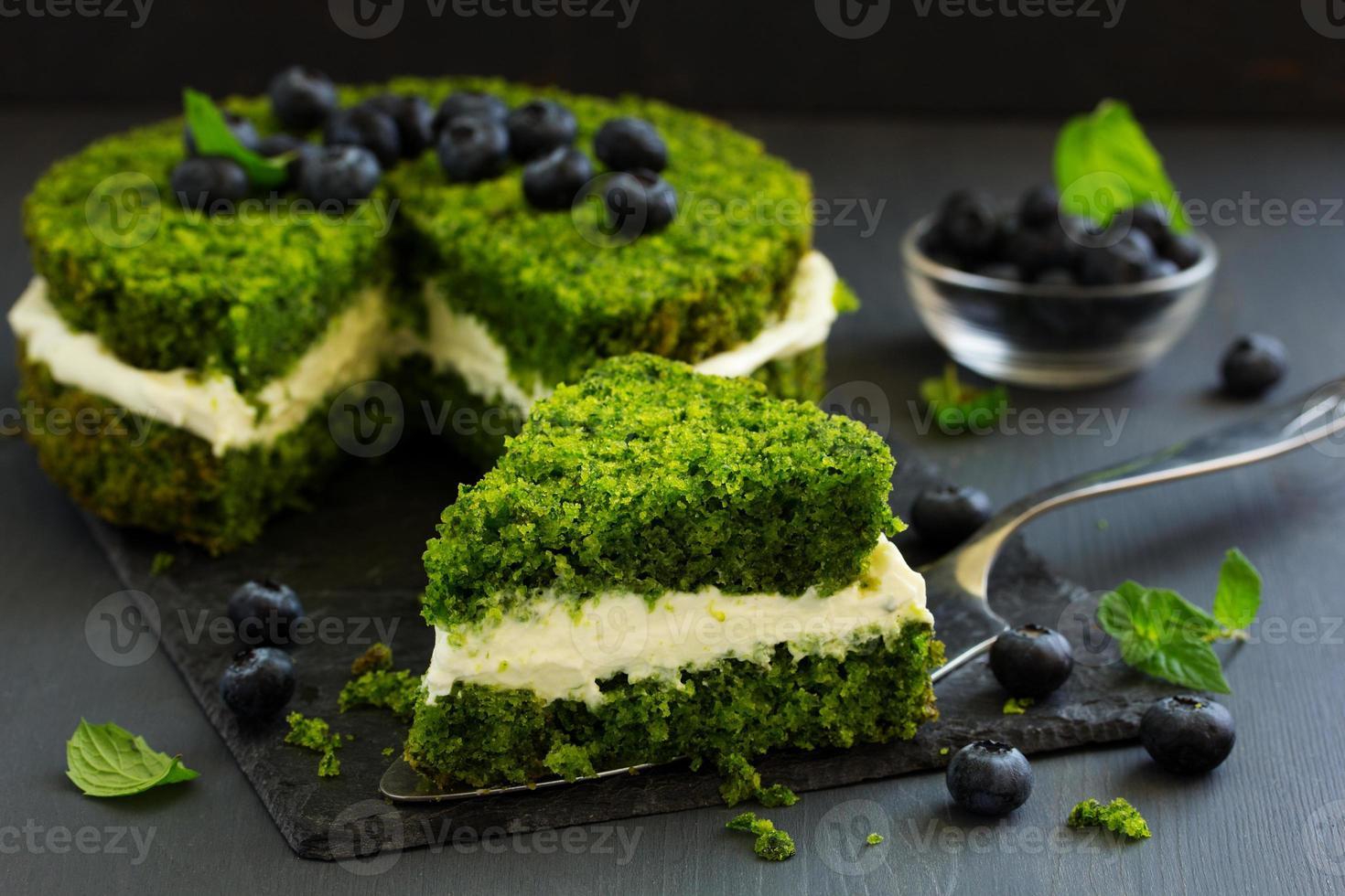 hermoso pastel verde con crema de espinacas y mantequilla. Cocina turca. foto