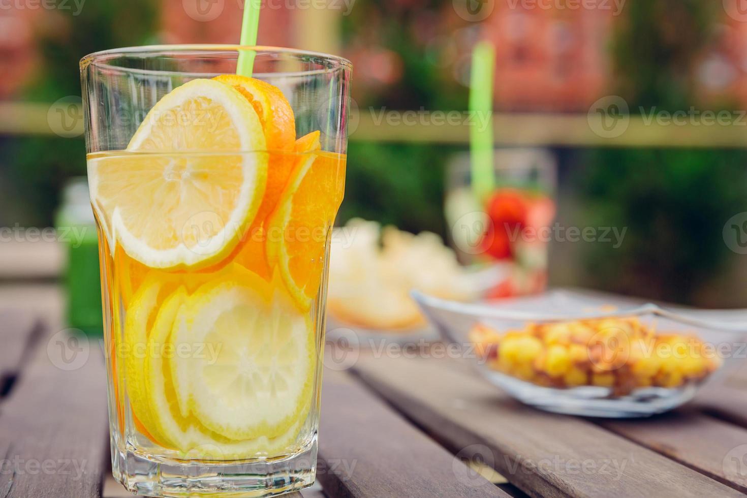 cócteles de agua de frutas infundidos y batidos de vegetales verdes foto