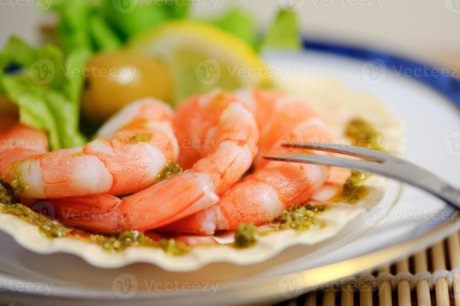Langostinos recién cocinados en un plato foto