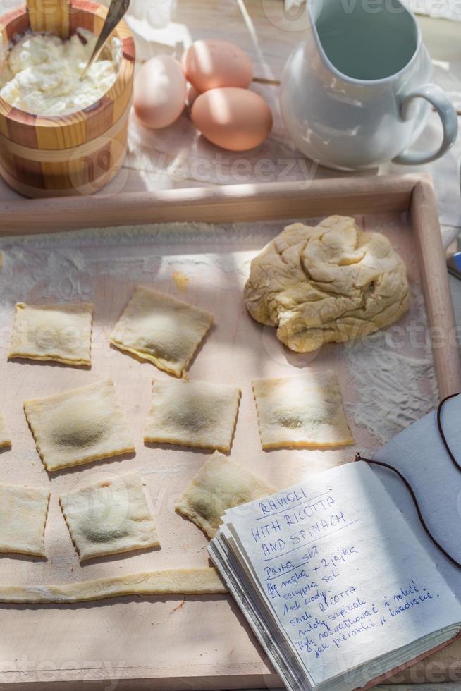 ravioles caseros hechos de espinacas y ricotta foto