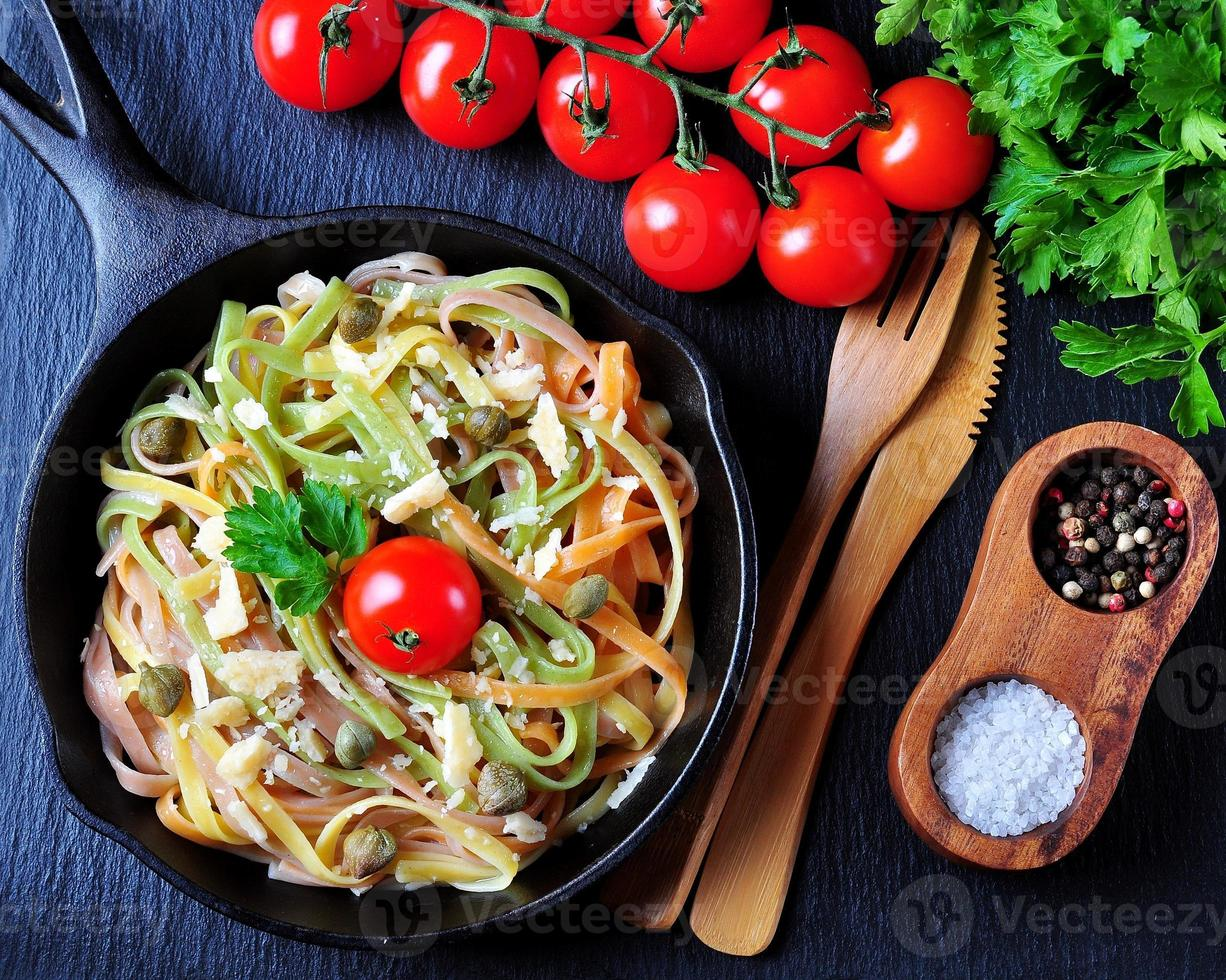 pasta vegetariana con espinacas, zanahorias, remolacha, queso foto