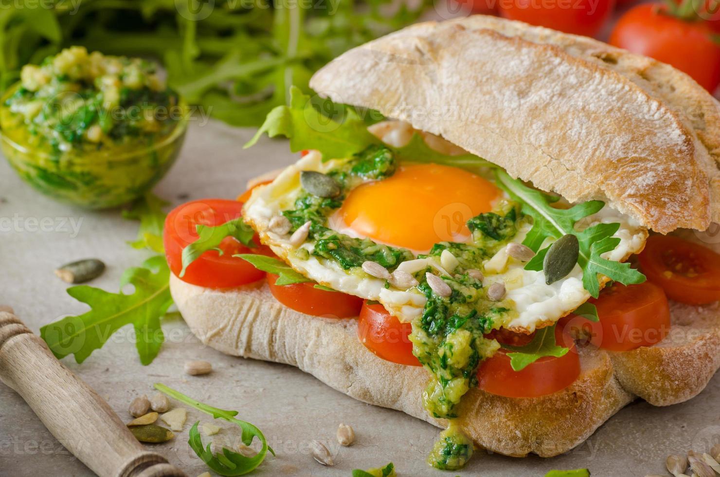 chapata con huevo frito, tomate y pesto foto