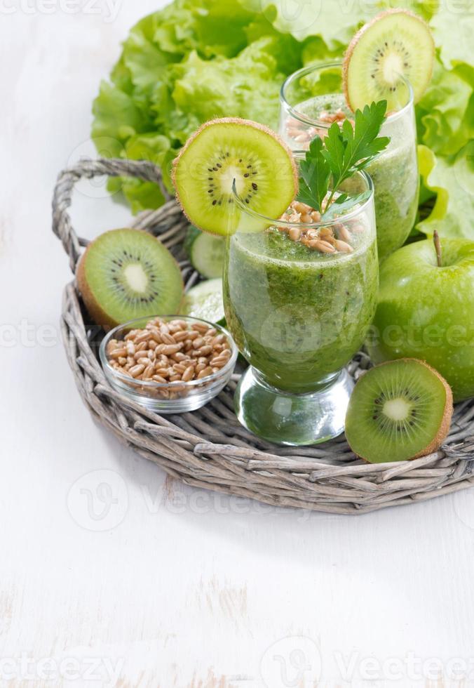 batido verde saludable con brotes y fondo de madera blanca foto