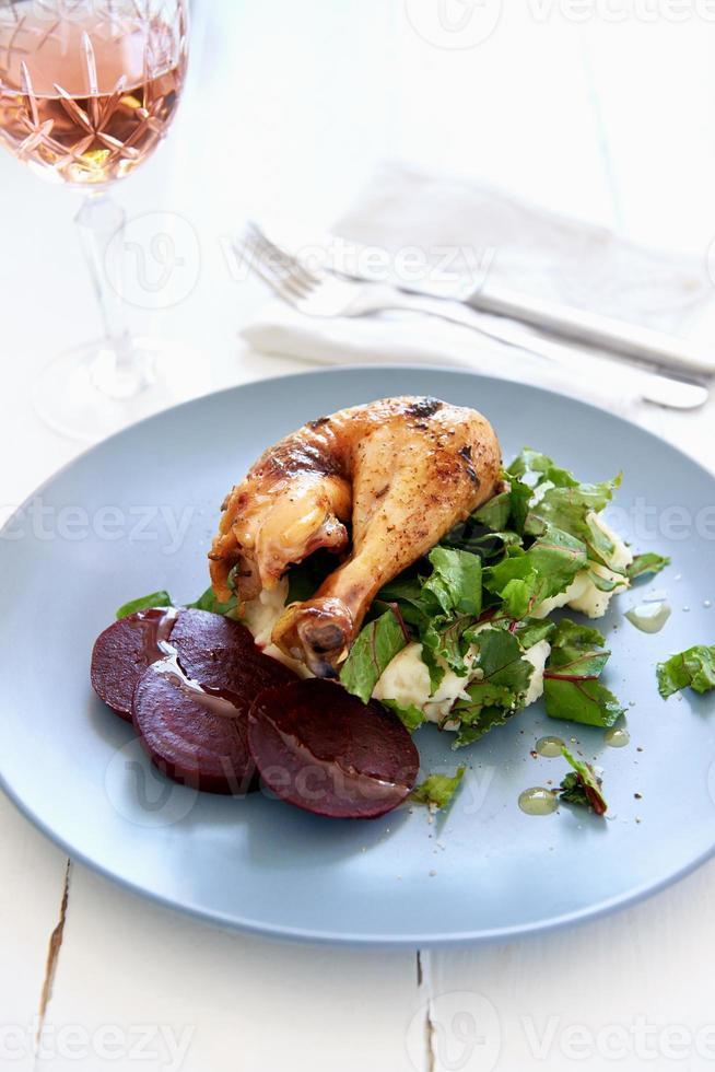 harina de pollo asado con verduras y puré de papa foto
