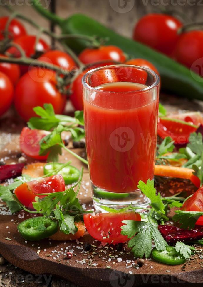 jugo fresco de una mezcla de vegetales con vegetales y hierbas foto