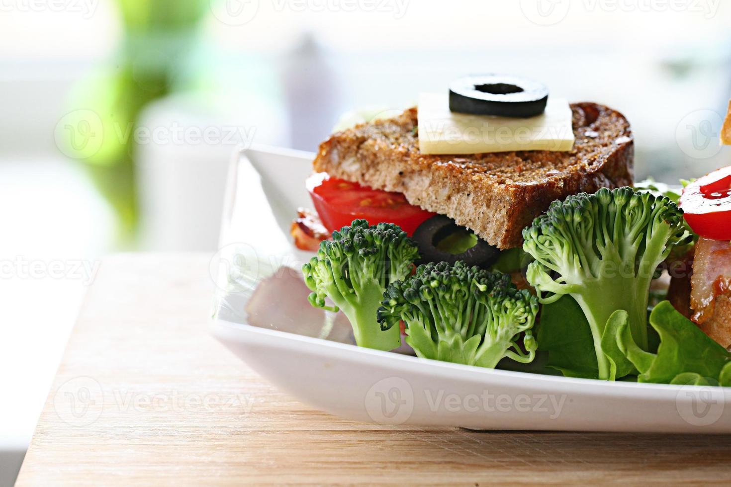 sirviendo tostadas de desayuno con tocino y hierbas foto