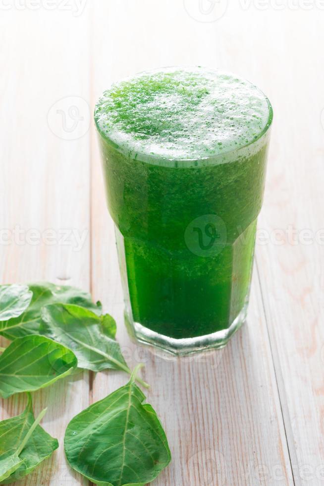 licuado de espinacas, bebida saludable en vidrio foto