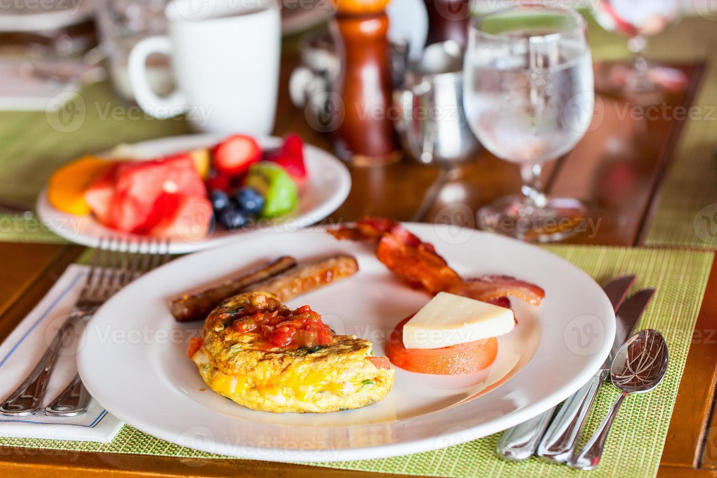 desayuno con tortilla, frutas frescas y café foto