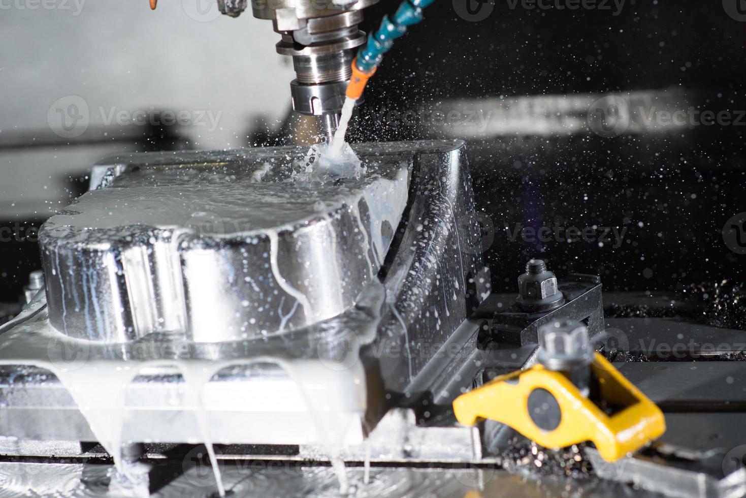 CNC, centro de mecanizado de fresado de metal para hacer moldes. foto