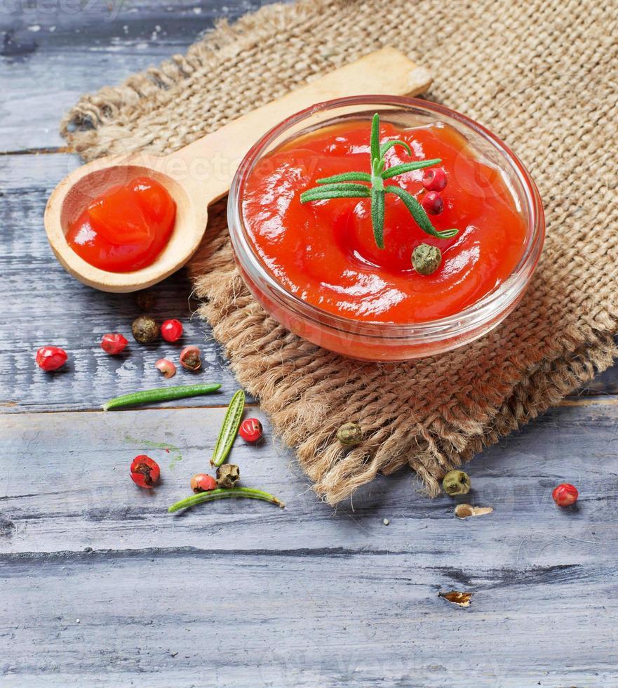 salsa de tomate con pimiento y ajo foto