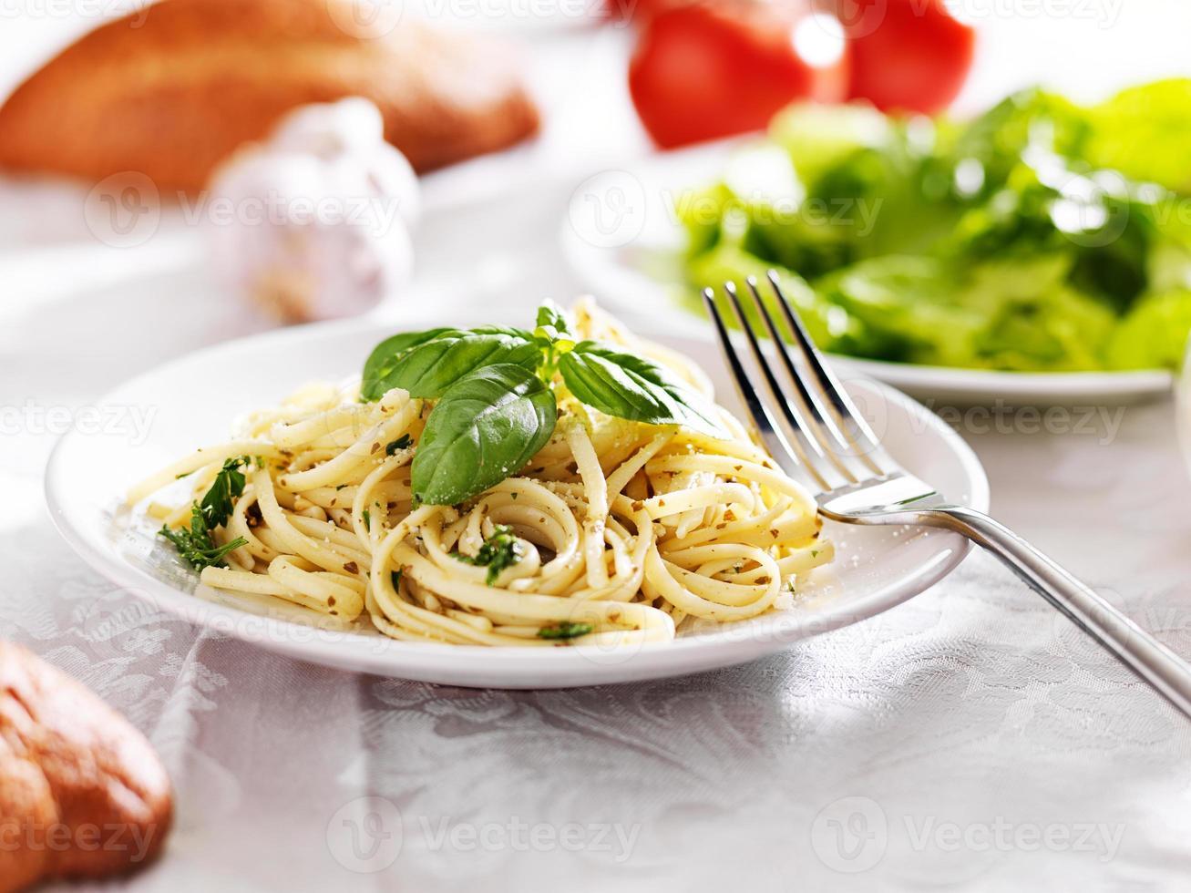 plato de espagueti italiano con salsa de pesto foto