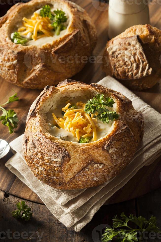 sopa casera de brócoli y queso cheddar foto