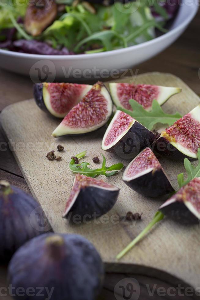 Quartiers de figues fraîches pour entrée douce et délicieuse photo