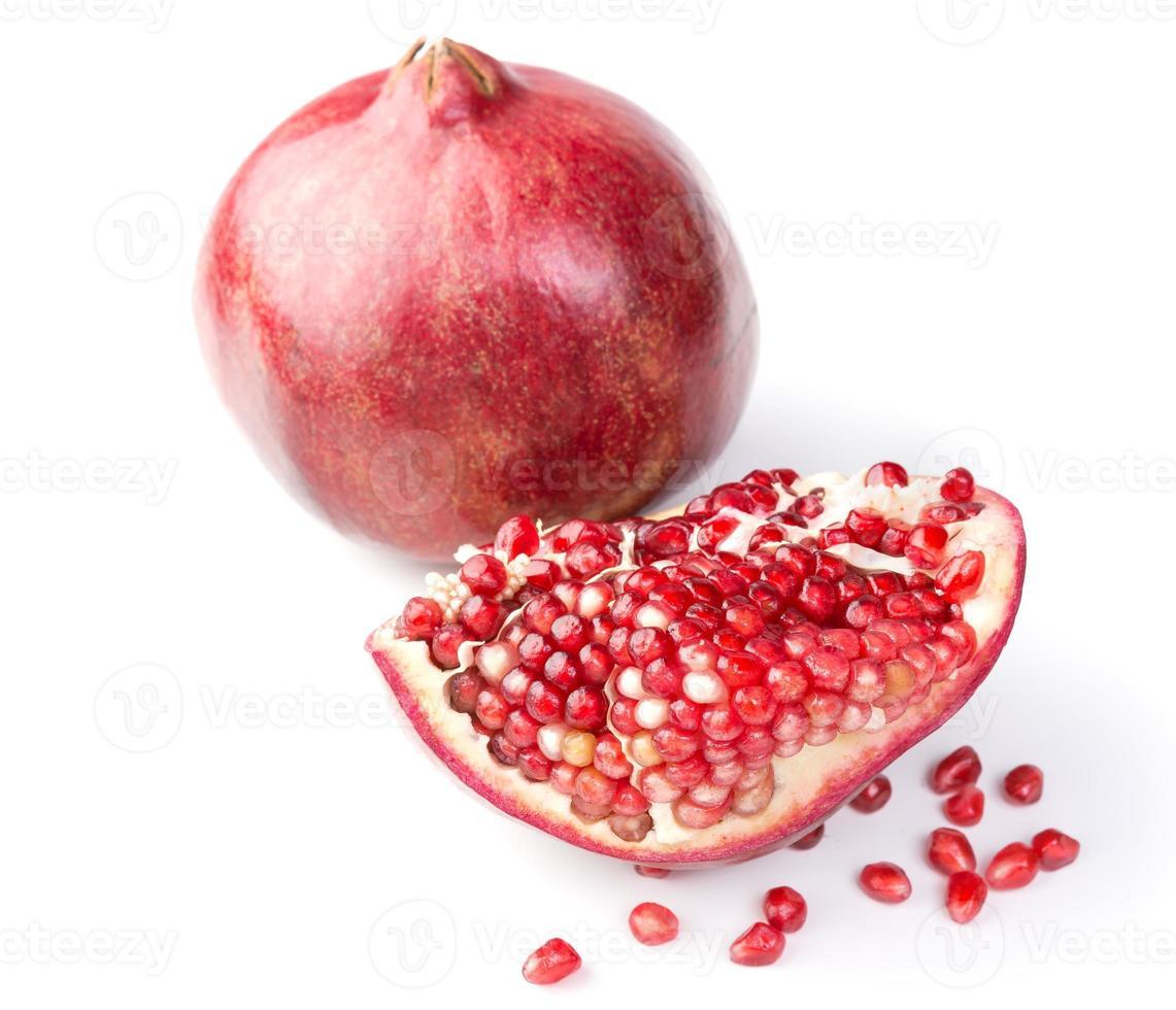 Fruta de granada fresca, madura y orgánica sobre fondo blanco. foto