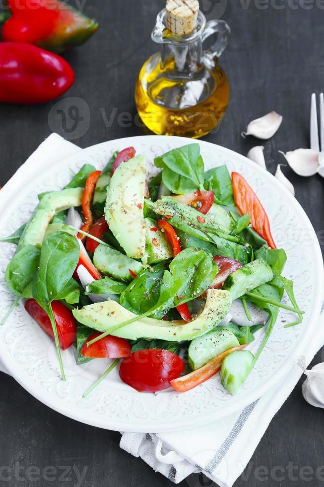 ensalada saludable de aguacate con espinacas, cebolla, pepino y tomates foto