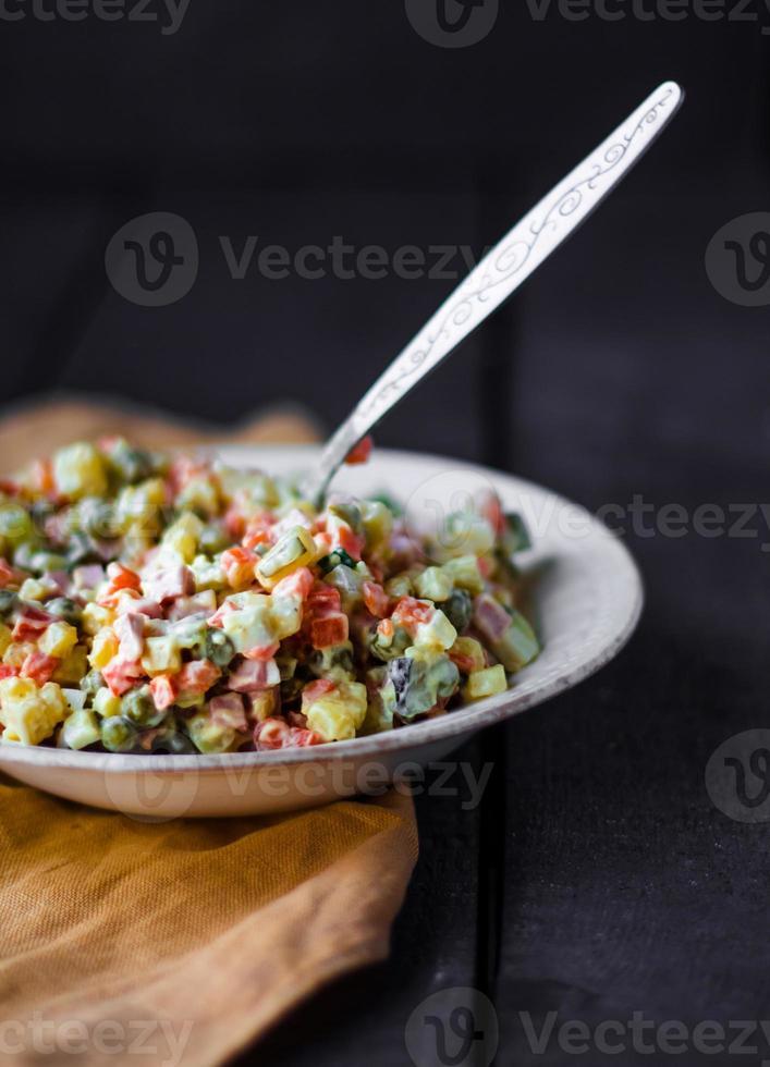 ensalada olivier con mayonesa, año nuevo foto