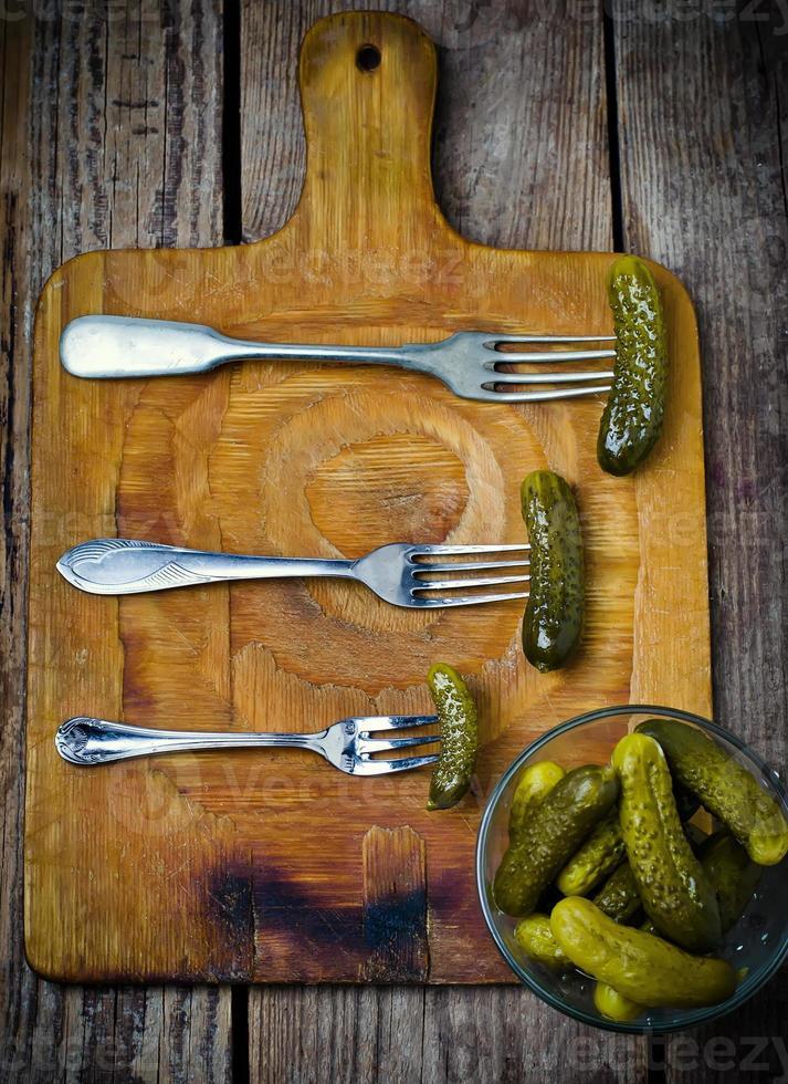 pepinos en vinagre en un tenedor foto
