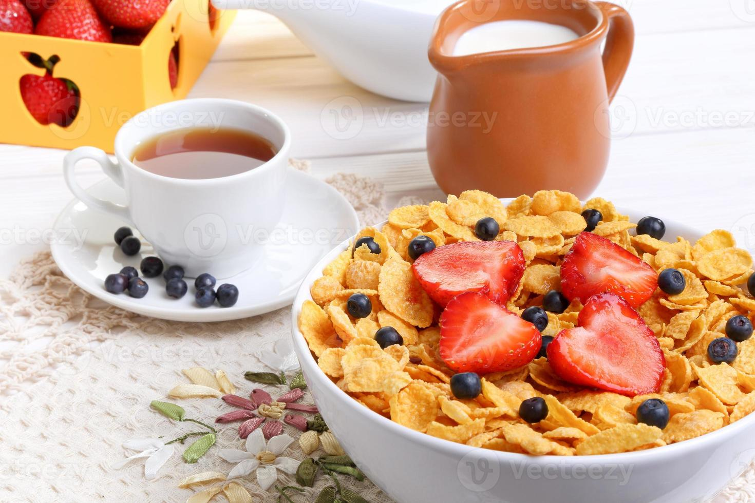 desayuno - copos de maíz con fresas y arándanos foto