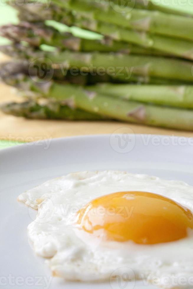 espárragos crudos y huevo frito foto