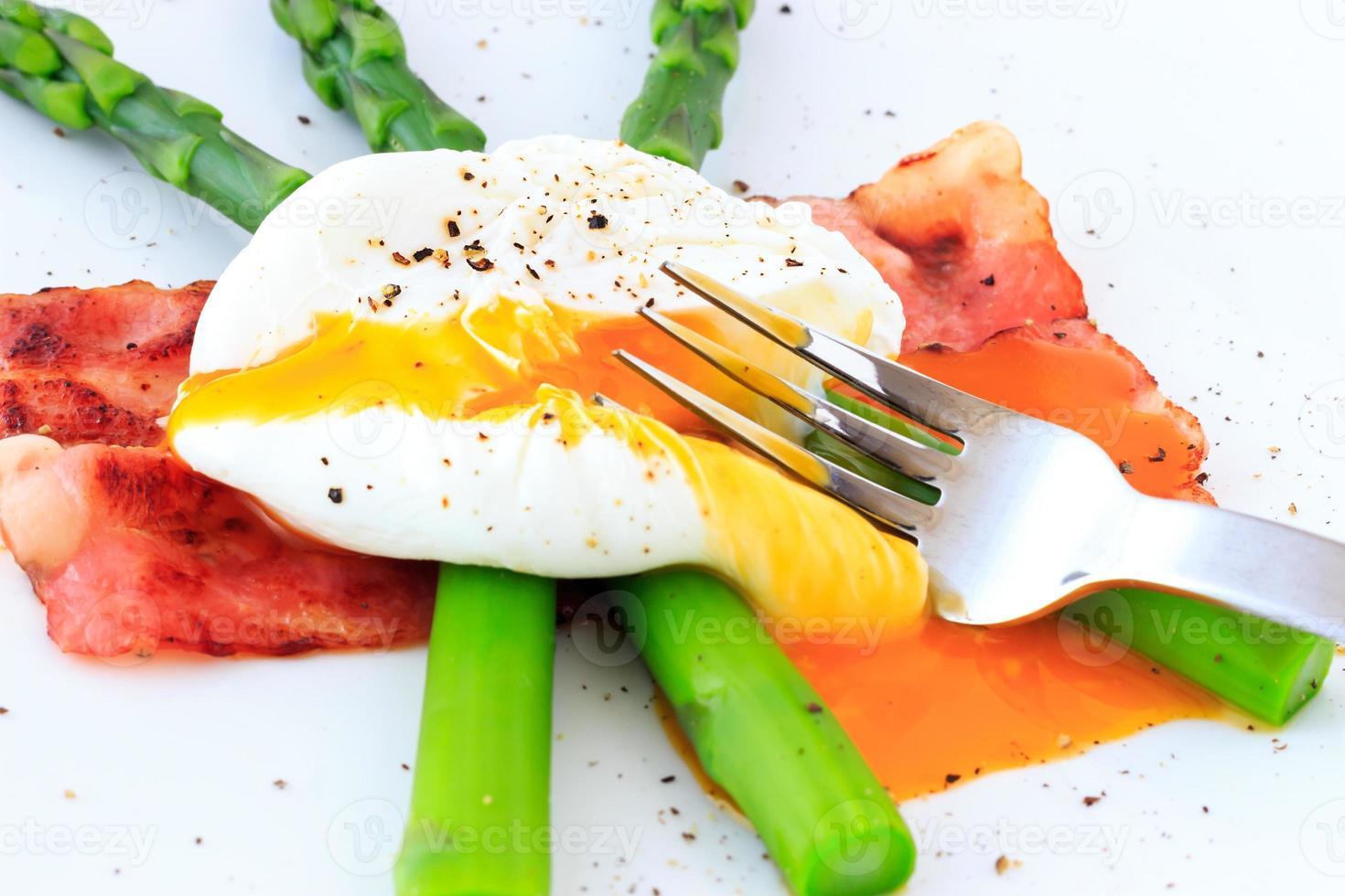 huevo escalfado sobre espárragos verdes foto