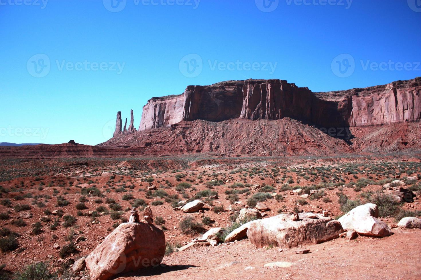 Vista a tres hermanas en el parque tribal del valle del monumento navajo foto