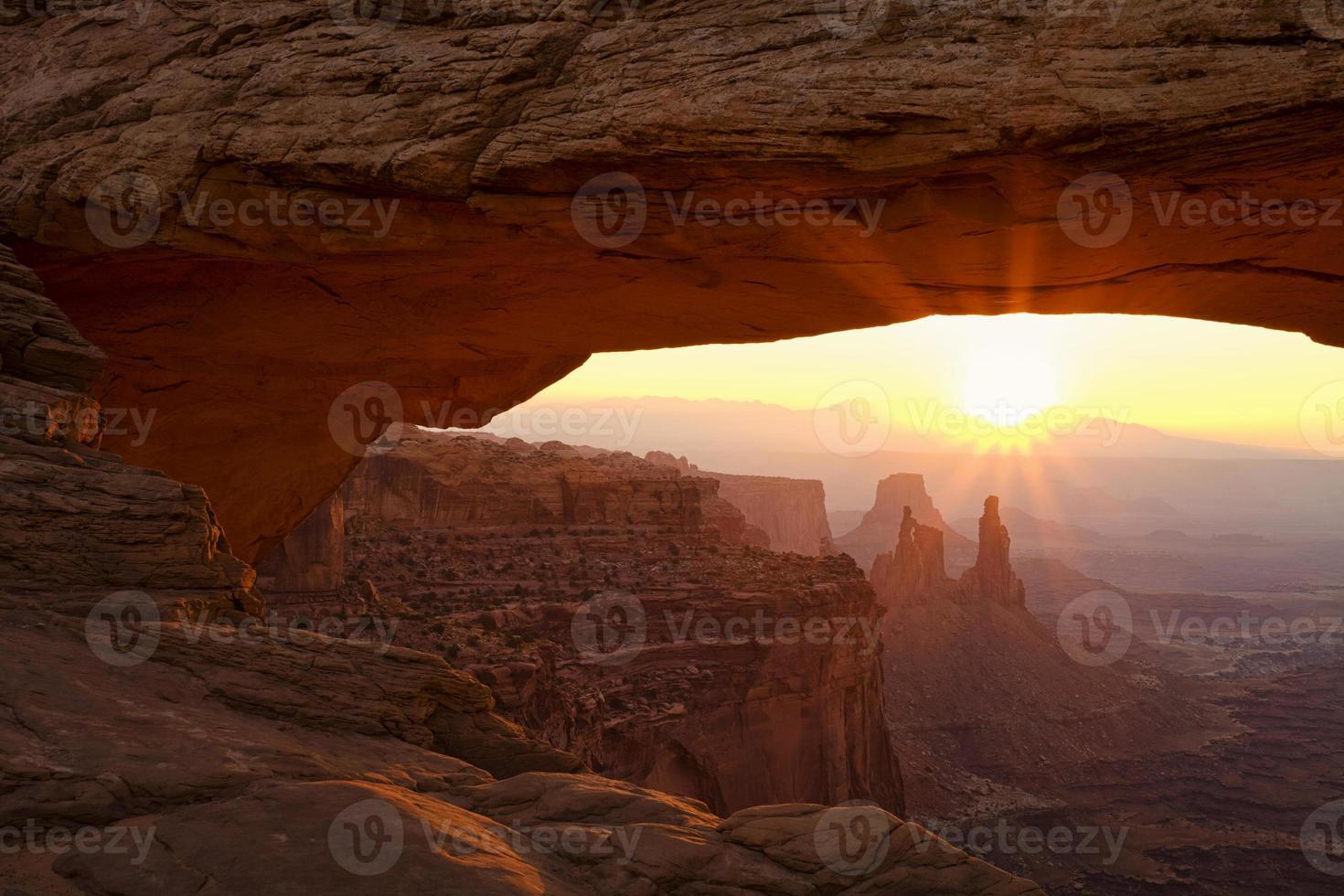 rayos de sol en el arco de mesa foto